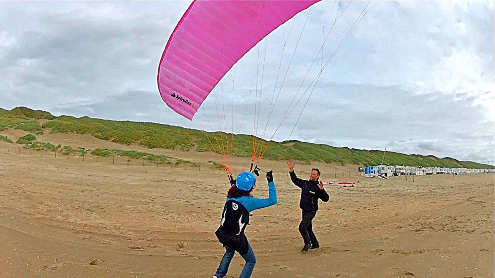 Gabi en Max Groundhandlen voor soaren op het strand